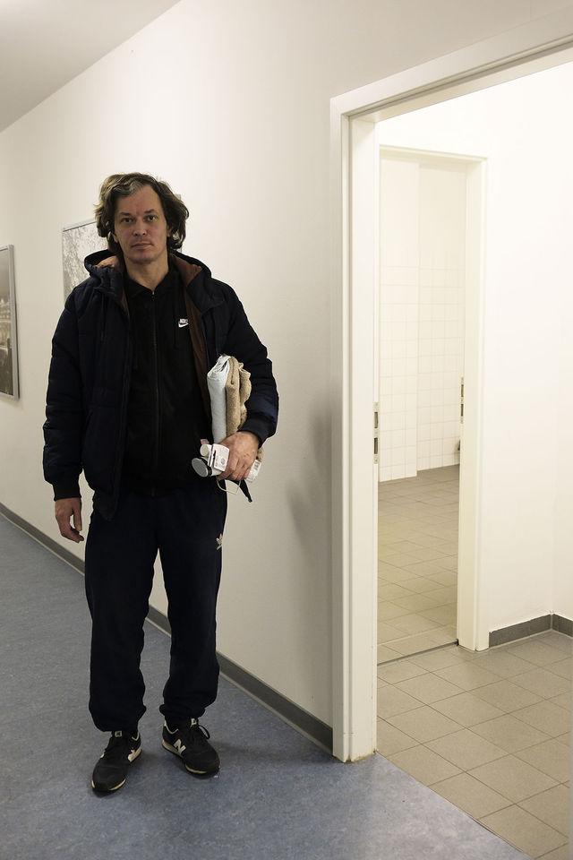 Unser Gast Thomas auf dem Weg in den Duschbereich.