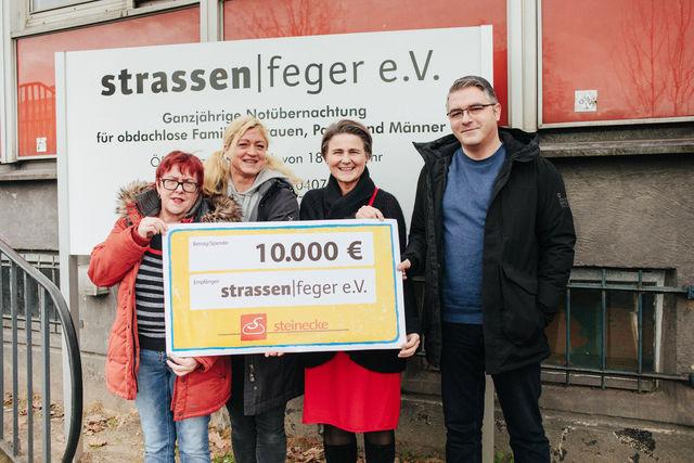 Dagmar, Tanja, Frau Steinecke und Samyr bei der Übergabe gesammelter Spenden von der Brotmeisterei Steinecke.